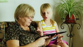 Babcia z wnuczki use pastylką wpólnie zbiory wideo