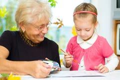 Babcia z wnuków malować Zdjęcia Stock