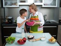 Babcia z wnuków wypiekowymi ciastkami przygotowywa ciasto Fotografia Stock