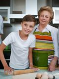 Babcia z wnuków wypiekowymi ciastkami przygotowywa ciasto Obrazy Royalty Free