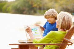 Babcia Z wnukiem Outdoors Maluje krajobraz fotografia royalty free