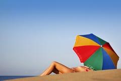 babe lata na plaży zdjęcia stock