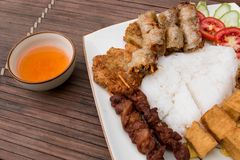 Babeczka Cha, tradycyjny Wietnamski jedzenie Wiosen rolki z tofu, ryż, wieprzowina stkiem, sałatką i ananasem, zdjęcia stock