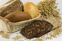 Babeczka, chleb, babeczka z ziarnami w koszu czarny chleb pokrajać Zdjęcie Stock