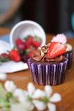 Babeczka dekorująca truskawka Fotografia Stock