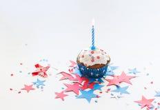 Babeczka z świeczką na amerykańskim dniu niepodległości zdjęcia stock