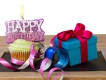 Babeczka z świeczka prezenta i wszystkiego najlepszego z okazji urodzin pudełkiem Zdjęcia Royalty Free