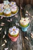 Babeczki dekorować z masła marshmallow i śmietanki kwiatami zdjęcie royalty free