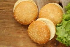 Babeczki dla hamburgerów z sezamem obrazy royalty free