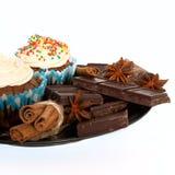 Babeczki i czekolada z pikantność na bielu fotografia royalty free