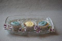 Babeczki i kwiaty w szklanym naczyniu Obraz Stock