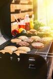 Babeczki i mięso kotleciki gotujący outdoors na grillu zdjęcie royalty free