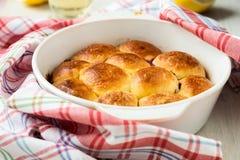Babeczki robić z słodkim drożdżowym ciastem Obraz Royalty Free