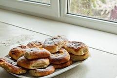 Babeczki w talerzach pe?no ?wie?o piec cheesecakes z cha?upa serem na kuchennym stole Kulinarny pieczenie Wypiekowy przygotowanie zdjęcie stock