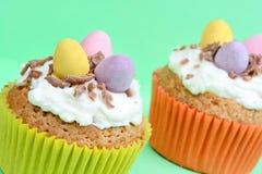 Babeczki z czekoladowymi jajkami na zielonym tle obraz royalty free