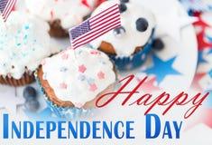 Babeczki z flaga amerykańskimi na dniu niepodległości obraz stock