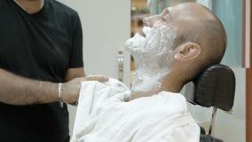 Baber ou o cabeleireiro dos homens limpam suas mãos video estoque