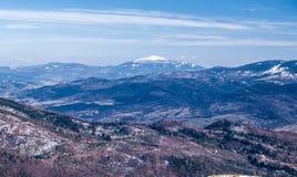 Babia Gora från den Barania Gora kullen i sena vinterBeskids berg i Polen Royaltyfri Bild