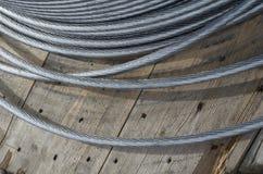 Babin avec les fils électriques en aluminium enroulés sur la rue photographie stock libre de droits