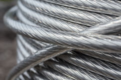 Babin con los alambres eléctricos de aluminio en espiral en la calle Imágenes de archivo libres de regalías