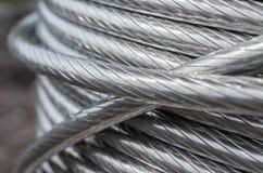 Babin med rullade ihop aluminum elektriska trådar på gatan Royaltyfria Bilder