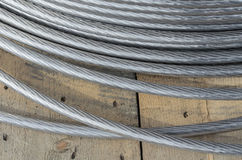 Babin med rullade ihop aluminum elektriska trådar på gatan Royaltyfri Fotografi