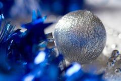 Babiole argentée de décoration de Noël sur le blanc image libre de droits