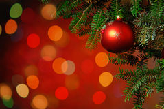Babiole d'arbre de Noël sur le fond lumineux Photos stock