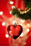 Babiole de forme de coeur sur l'arbre de Noël Image stock