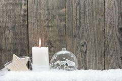 Babiole de Noël dans la neige contre Image libre de droits