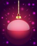 Babiole rose rougeoyante de Noël accrochant sur des perles Image stock