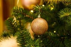 Babiole rouge pendant vers le bas d'une branche d'un arbre de Noël Profondeur de zone image stock