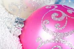 Babiole tendre de Noël en fonction à la neige. Photographie stock libre de droits