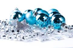 Babioles bleues de Noël avec la décoration argentée Image libre de droits