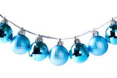 Babioles bleues de Noël sur la bande argentée d'isolement Photos libres de droits
