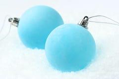 Babioles bleues givrées de Noël Image stock