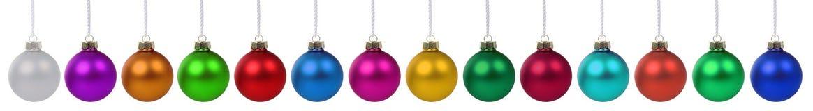 Babioles de boules de Noël beaucoup décoration colorée dans un isolat de rangée Image stock