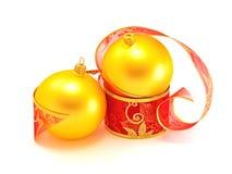Babioles de Noël avec la bande de cadeau image libre de droits