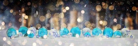 Babioles de Noël bleu et blanc avec le rendu des bougies 3D Image stock