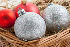 Babioles de Noël dans un panier Photo stock