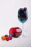 Babioles de Noël dans une glace de vin Photos stock