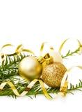 Babioles de Noël et arbre de pin d'or Photographie stock libre de droits