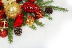 Babioles de Noël sur la neige Images libres de droits