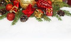 Babioles de Noël sur la neige Image libre de droits
