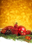 Babioles de Noël sur la neige Photographie stock libre de droits