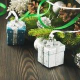 Babioles de Noël sur le fond en bois Image libre de droits