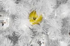 Babioles en verre jaunes uniques de Noël sur les branches blanches Image libre de droits