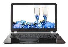 Babioles et verres bleus sur l'ordinateur portable Images libres de droits