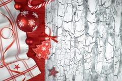 Babioles rouges de Noël avec les serviettes, les rubans et une canne de sucrerie, PS Photographie stock libre de droits