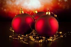 Babioles rouges de Noël sur la table noire Images libres de droits